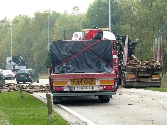 oudsbergen vrachtwagen verliest lading hout internetgazet On u verliest uw lading
